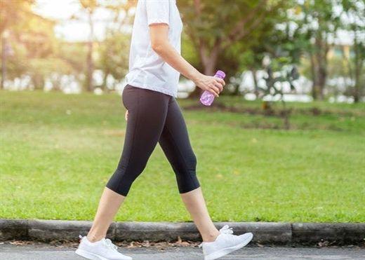Đi bộ nhanh 2,5 giờ mỗi tuần giúp kéo dài tuổi thọ