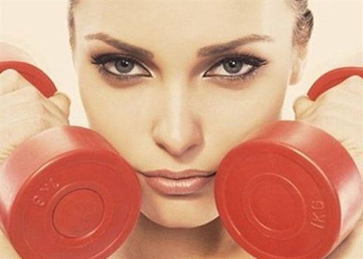 Không trang điểm hay bôi bất kỳ loại kem dưỡng da nào trước và trong khi tập luyện