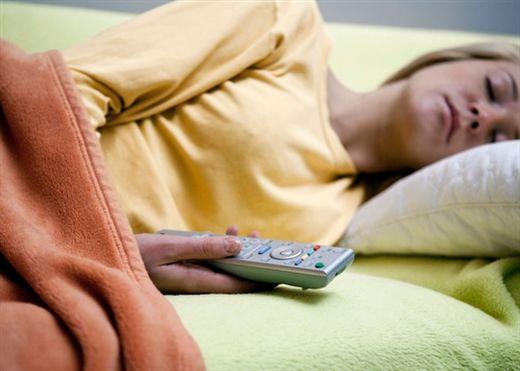 Ngủ trong khi TV vẫn mở - Tưởng vô hại nhưng lại hại không tưởng
