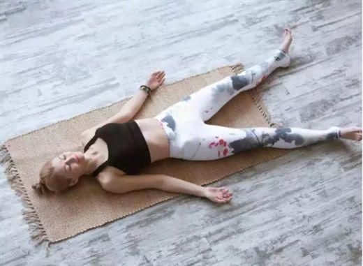 Bài tập với khăn cuộn trong 5 phút của Nhật Bản giúp bạn có cơ bụng phẳng
