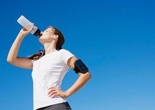 Uống nước khi đứng và các thói quen không ngờ làm tăng vòng eo của bạn