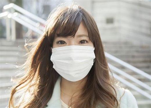 Các nhà khoa học cảnh báo nên đeo khẩu trang ngoài trời khi có gió để ngăn ngừa tiếp xúc với COVID-19