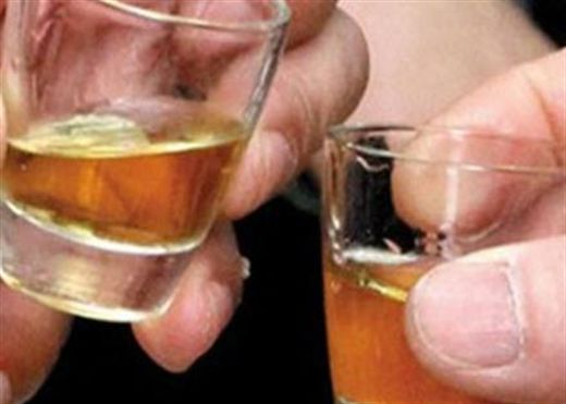 Uống đồ uống có cồn dưới nắng có thể gây ung thư da