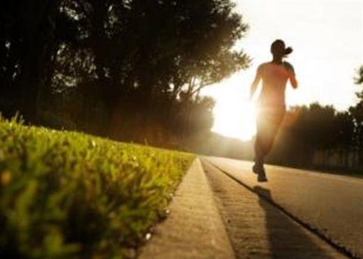 Vung cánh tay khi chạy giúp ít tốn sức và tăng cường hiệu quả chạy tốt hơn